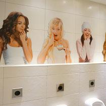 Girls aus Dibond für Herren-WC Anlage