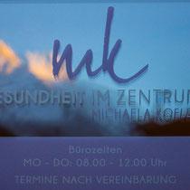Beklebung Eingangstüre Praxis - Michaela Kofler, Gesundheit im Zentrum Mayrhofen