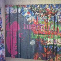 Mit Graffiti bedruckte Holzwand - Holzdruck auf Altholz