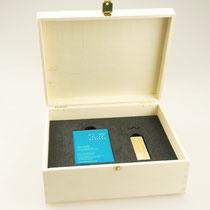 ..und nochmal Laser: Gravierte Kisten mit Inlay für Visitenkarten und USB-Sticks (ebenfalls graviert)