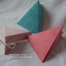 Kleine Dreiecksboxen, z. B. als Give-Away-Box bei Hochzeiten, die man auch prima als Namenskärtchen verwenden kann...