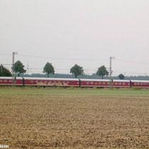 Der Leerzug fährt von Braunschweig nach Celle, hier bei der Ortschaft Gleidingen