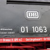 """Die nicht regelkonforme Beschilderung """"AW Braunschweig 11.03.1927 - 31.08.1977 stellt den örtlichen Bezug des Denkmals zu Braunschweig her"""