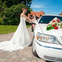 Der Brautwagen gehört auch zum Fotoshooting