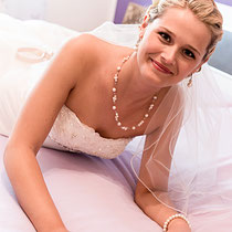 Scgon beim Ankleiden entstehen schöne Portraits von der Braut