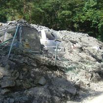 台風で土砂崩れ、埋まってしまった山務員の車