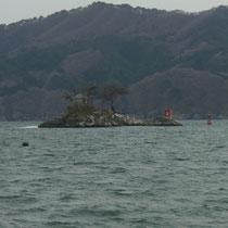 ひょっこりひょうたん島のモデルになった、弁天様が奉ってある島です。橋は流されたようですが島は助かったそうです。