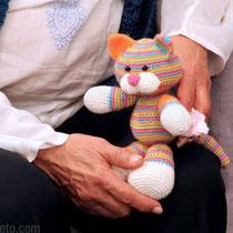 Con el gatito que hicimos especialmente para Milagros y que ella bautizó como Camilo!!
