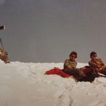 Hans + Richi bei der entspannten Gipfelrast - 10. März 1984
