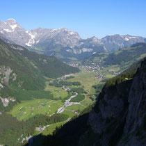 Blick aus der schattigen Wand nach Engelberg