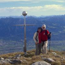 Gipfelkreuz mit gefährlichen Spitzen auf Augenhöhe