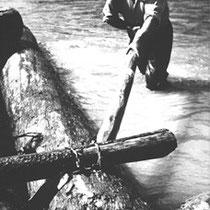 Jahrhundertelang wurde ein Floß alleinaus dem Werkstoff Holz zusammengefügt. Holzseile, Keile und Stangen hielten die Langstämme zusammen. Erst seit dem Ende des 19. Jahrhunderts benutzte man auch Nägel, Krampen, Ketten und Draht.