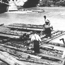 Im Gegensatz zur Holztrift, bei der einzelne Stämme oder Scheite mit dem Flußlauf treiben, werden für ein Floß mehrere Stämme miteinander verbunden, von einem Flößer gesteuert und Frachten sowie Personen transportiert.