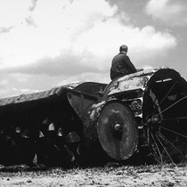 Um auf dem feuchten Niedermoorboden arbeiten zu können, wurden die Landmaschinen mit sehr breiten Rädern ausgestattet. Diese verhinderten ein Einsinken im Boden.