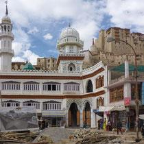 Der zentrale Platz mit der großen Moschee und Blick auf den Palast