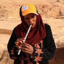 Beduinische Flötenspielerin aus Jordanien