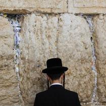 Frommer Beter an der Klagemauer in Jerusalem