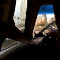 Wenn das Taxi erst einmal da ist, lässt es sich auf dem Rücksitz super entspannen und die Gegend genießen.