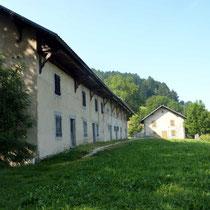 Le bâtiment principal à gauche