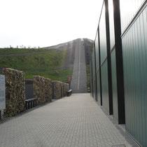 Müllmauer mit Treppe