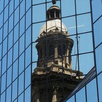 Santiago de Chile, Spiegelung der Kathedrale im modernen Bankgebäude, Foto: Gerhard Bach