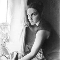 """""""Alba junto a la ventana / Alba at the window"""" Grafito sobre papel / Graphite on paper. 2013. 100x70 cm."""