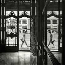 """""""Vistazo desde el interior / Glance from Inside"""". Grafito sobre tabla / Graphite on board. 2015. 110x146 cm. Mención de Honor en el 8º concurso internacional FIGURATIVAS 15. Colección del MEAM (Museo Europeo de Arte Moderno)."""