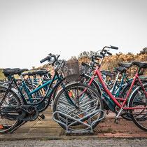 Juist: die Fahrräder waren so gut wie nie abgeschlossen. Man trifft sich aber auch locker 4-5 mal auf der Insel.  Ein RAd zu klauen wäre peinlich bis blöd.