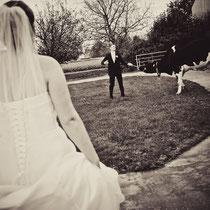 ratloser Landwirt unter den Augen seiner Braut