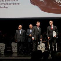 Die Urkunden für Auszubildenden und Ausbilder wurden überreicht durch Michael Boddenberg MdL (Hessischer Minister für Bundesangelegenheiten), Bernd Ehinger (Praäsident des Hess. Handwerktages) und Harald Brandes, Hauptgeschäftsführer der  HWK Wiesbaden