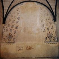 Décor peint fleuri retrouvé derrière le retable lors de sa dépose en 1996, ici après restauration par Véronique Legoux et son équipe - Eglise de Saint-Martin-Terressus - Photo Véronique LEGOUX