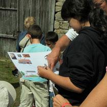 Atelier Espace rural : en complément, visite du bourg avec lecture du bâti rural et parcours accompli autrefois lorsque l'eau potable n'existait pas et qu'il fallait aller la chercher à la source pour abreuver le bétail, faire la lessive, etc.