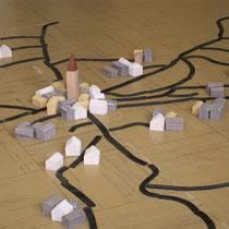 Atelier Espace rural : soit l'atelier commence par la réalisation d'un plan de la commune à l'aide d'une maquette (routes, maisons, église, cours d'eau, pont...), à partir d'un plan simplifié figurant le bourg et les villages