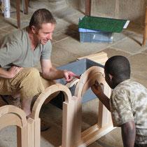 Construction d'une maquette d'arcs en plein-cintre, un des modules de base de la construction de toute église - ici à la collégiale d'Eymoutiers