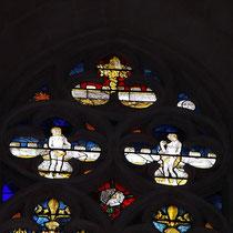 Détail d'un des vitraux de la collégiale d'Eymoutiers : en haut à gauche, un soleil, et face à lui, une lune