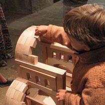 Selon l'église, la maquette de voûte en plein-cintre peut être construite, par les enfants eux-mêmes - ici à Eymoutiers
