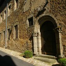L'ancien hôpital médiéval accueillait notamment les pèlerins, ce qui est aujourd'hui le rôle du Refuge Saint-Léonard des pèlerins de Saint-Jacques - Rue Georges Périn - Saint-Léonard-de-Noblat