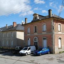 Les anciennes écoles de filles (crépis rosé) et garçons - Avenue Cruveilhier - Châteauneuf-la-Forêt