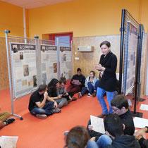 """Visite guidée de l'exposition """"14-18, Poussières de guerre"""" pour des lycéens de Première - au collège de Saint-Léonard-de-Noblat en novembre 2014."""