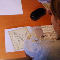 Pendant l'atelier, chaque enfant remplit un livret réalisé par le Service éducatif du Pays d'art et d'histoire de Monts et Barrages.