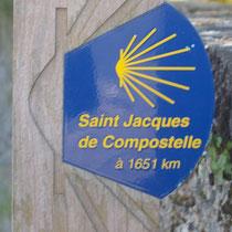 L'indication du chemin à suivre pour atteindre Saint-Jacques de Compostelle - Au sommet du chemin du Pavé - Saint-Léonard-de-Noblat