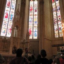 Collégiale d'Eymoutiers : observation, avec des jumelles, des vitraux du XVe siècle, la richesse de cette église