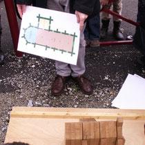 Le plan est reconstitué par les enfants grâce à une maquette d'église possédant divers modules, pour reconstituer toutes les formes d'églises rurales existantes - ici à Châteauneuf-la-Forêt