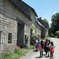 Balade Quenouille & le Chemin des Poètes (Peyrat-le-Château) : dans le village de Quenouille, au bâti préservé, lecture architecturale du bâti rural (ferme)