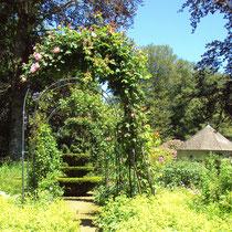 Premiers parterres, roseraie, topiaire - Jardins de Mas Maury - Le Mas Maury Haut - Rempnat