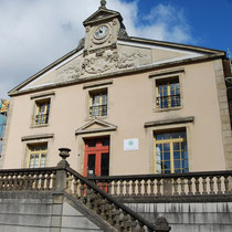 L'ancienne mairie (et maison communale à l'arrière), avec son fronton de style Antique, très XIXe siècle - Rue Firmin Tarrade - Châteauneuf-la-Forêt