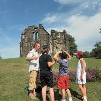 Balade Zoom paysage au Mont Gargan : point sur la chapelle ruinée, construite au XIXe siècle au sommet du site