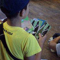 Atelier Résistance au Musée de la Résistance de Peyrat-le-Château : jeu de cartes type 7 familles sur les privations liées à la Deuxième Guerre mondiale (notions : tickets de rationnement, marché noir, restrictions de liberté...)
