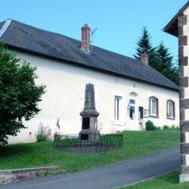 La mairie où Georges Guingouin était secrétaire - A l'emplacement des 2 fenêtres à droite se trouvait l'école dont il était instituteur avant son entrée en Résistance - Saint-Gilles-les-Forêts