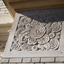 Détails sur l'ancien magasin Bariaud : à gauche losanges, au premier plan motif floral - Rue Firmin Tarrade - Châteauneuf-la-Forêt